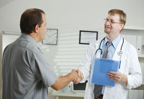 мужчина жмет руку врачу