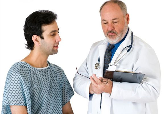 мужчину осматривает доктор