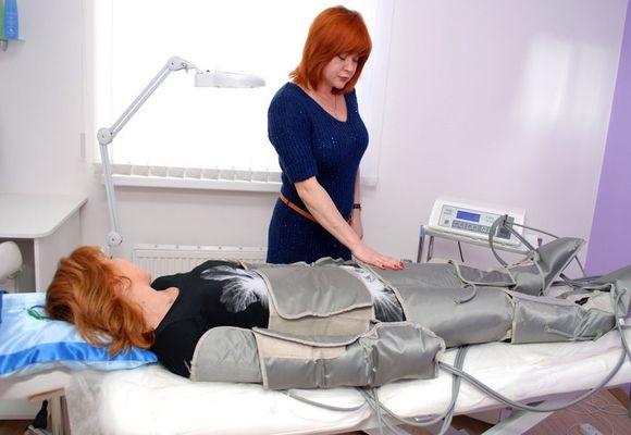 женщине проводят процедуру прессотерапии