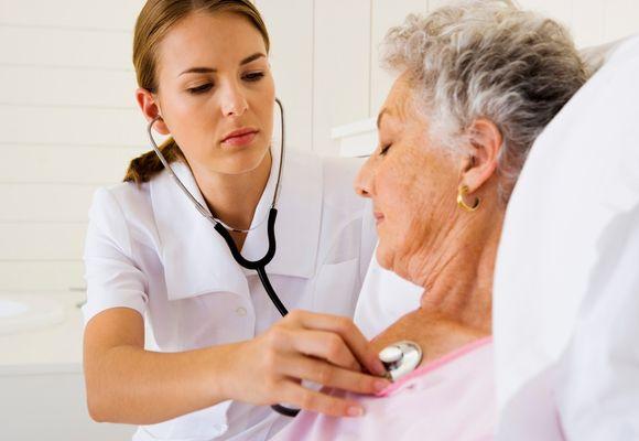 врач слушает женщину