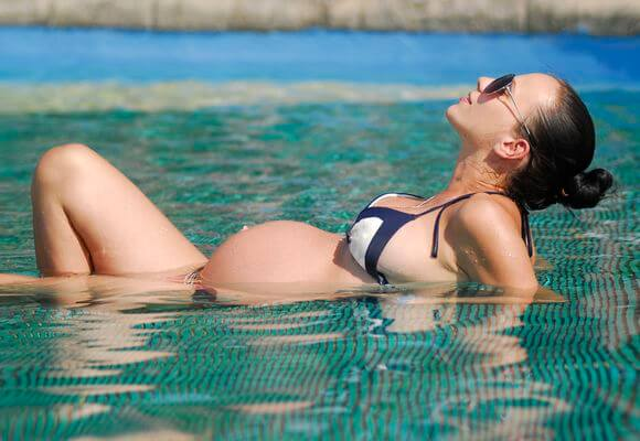 беременная в басейне