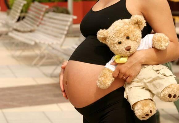 беременная с плюшевым мишкой