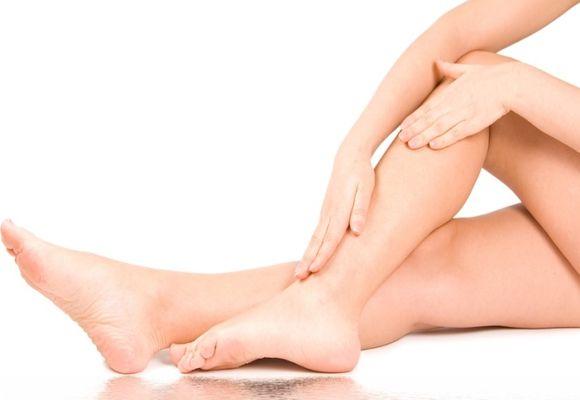 гладит ногу